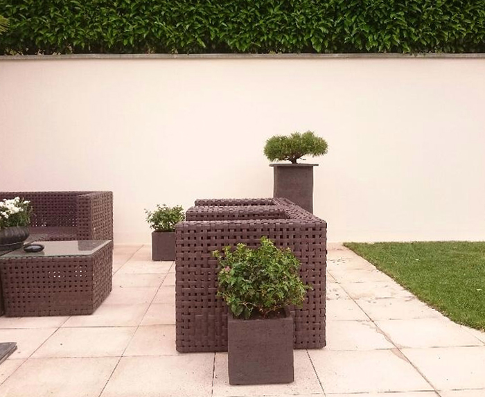 Terrasse in weiss - Fiberstone Glossy white Jumbo seating mit Pinus Ponpon Bonsai